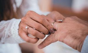 在婚礼上戴戒指的画面摄影高清图片