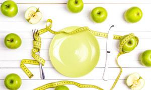 桌上的盘子与刀叉特写摄影高清图片