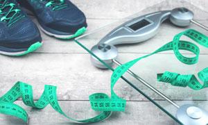 运动鞋体重秤与软尺等摄影高清图片