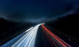 夜晚繁忙的公路长曝光效果高清图片