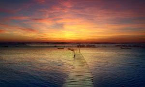 夕阳晚霞下的海景栈桥摄影高清图片