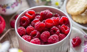 鲜花苹果与红色覆盆子摄影高清图片