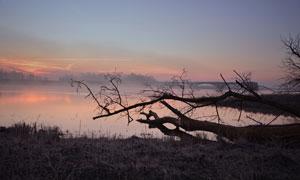 晚霞与雾气升腾的湖面摄影高清图片