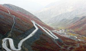 大山间的盘山公路航拍视角高清图片
