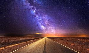 璀璨星空下的沙漠公路摄影高清图片