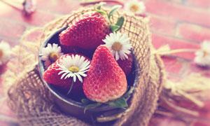 用白色小花点缀的草莓特写高清图片