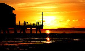 在欣赏夕阳美景的人物剪影高清图片