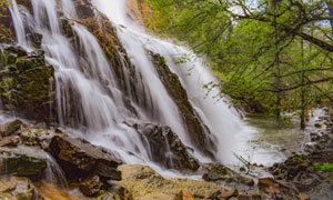 山林中的瀑布自然美景摄影高清图片