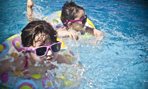 泳池里学习游泳的小孩摄影 澳门线上必赢赌场
