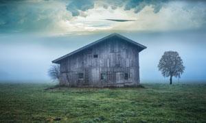 草地与浓雾中的小木屋摄影高清图片