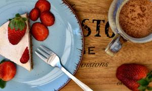 草莓蛋糕与咖啡杯特写摄影高清图片