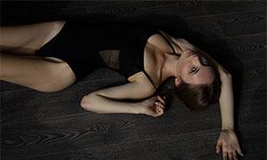 地板上摆好姿势的美女人像原片素材