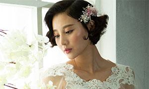 拿一朵花的白婚纱美女摄影原片素材