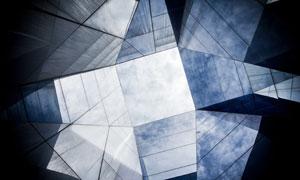 仰望天空视角建筑玻璃幕墙高清图片
