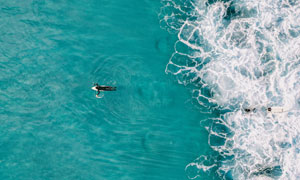 海面上的沖浪人物航拍視角高清圖片