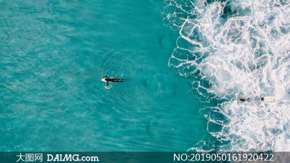 海面上的冲浪人物航拍视角 澳门线上必赢赌场