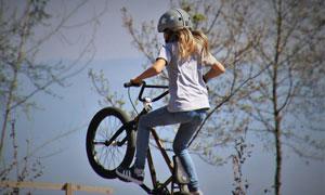 戴头盔骑小轮车的女孩摄影 澳门线上必赢赌场