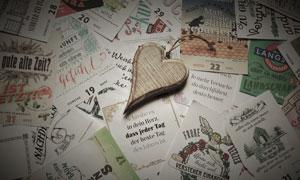 心形木质装饰品与卡片摄影高清图片