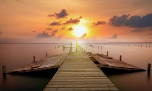 霞光中的海上栈桥风光摄影高清图片