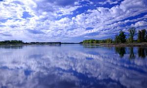 蓝天白云与如镜子般的湖泊高清图片