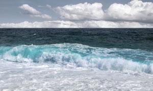 天空白云与滚滚而来的波涛高清图片