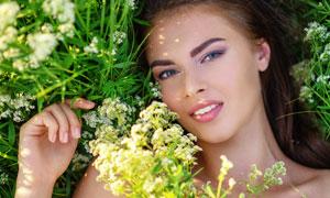 在花草丛中的人物特写摄影高清图片