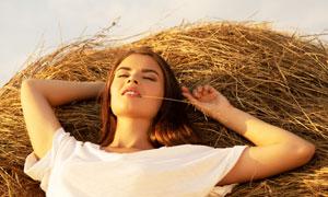 躺在干草上小憩的美女摄影高清图片
