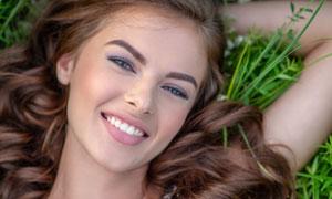 在花草地上的开心美女摄影高清图片