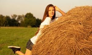 趴在草垛上的长发美女摄影高清图片