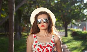 戴着太阳镜的裙装美女人像原片素材