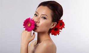 手拿着鲜花的盘发美女人像摄影原片