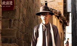 小巷里的长衫装扮男子人像摄影原片