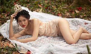 头戴着皇冠的美女性感摄影原片素材