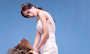 手拿着干花的婚纱人像摄影原片素材