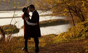 秋日湖边情侣人物写真摄影原片素材