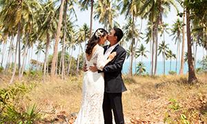 天空白云椰树婚纱摄影人物原片素材