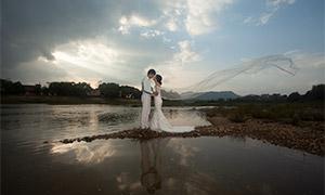 蓝天白云湖畔人物婚纱摄影原片素材