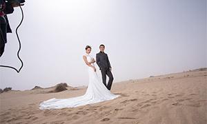 在沙滩上的人物婚纱照摄影原片素材
