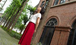 在冥想的红裙美女写真摄影原片素材