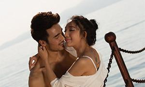 大海风景轮船上的情侣摄影原片素材