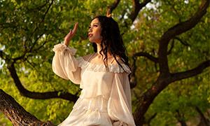坐在树上的长裙子美女摄影原片素材