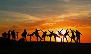 夕阳下的人物剪影高清摄影图片
