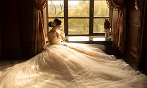 窗边白色婚纱美女人物摄影原片素材