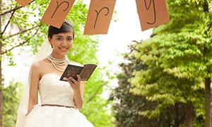 草坪上的幸福人物婚纱摄影原片素材
