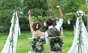 草坪椅子上举手的人物婚纱摄影原片