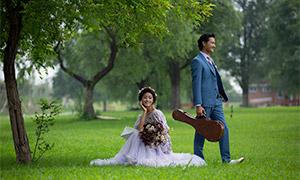 郁郁葱葱草地上的人物婚纱原片素材