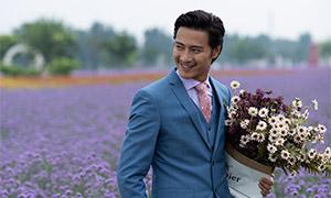 抱着一束花的开心男人摄影原片素材