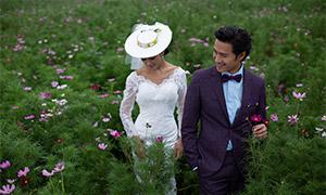 走在花丛中的恋人婚纱摄影原片素材