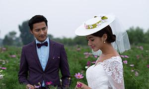 站在花丛中的甜蜜恋人婚纱摄影原片