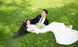 青青草坪上的幸福恋人婚纱摄影原片